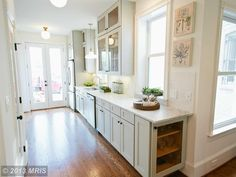 Crisp, minimal kitchen staging- this is what we like to see ...
