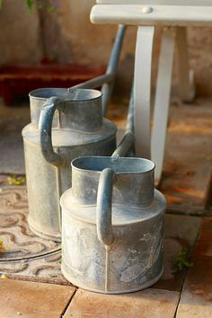Grannys Old Watering Cans de -mengteck-  Flickr: http://flic.kr/p/5tUvwA