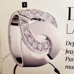 Bague menottes Dinh van en or blanc et diamants vue dans Madame Figaro. #bague #ring #menotte #dinh van #luxe #diamants #diamant #diamond #mode #shopping #fashion #presse #magazine #madamefigaro #like #selectionnist