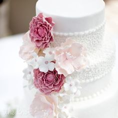Gentle #wedding #cake for your summer wedding or vintage wedding.If you want to undeline your wedding decor line, use the same decoration for your wedding cake as well.