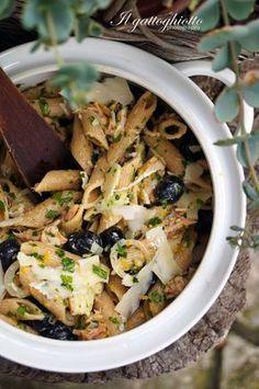 Insalata di pasta integrale con tonno, olive e scaglie di parmigiano