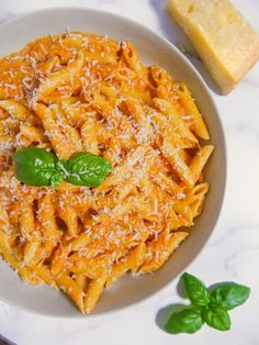 This homemade made from scratch penne alla vodka will be your new favorite pasta sauce. Perfect for pasta night with the family. Penne Alla Vodka, Vodka Sauce Pasta, Pasta Facil, Vodka Recipes, Margarita Recipes, Cooking Recipes, Healthy Recipes, Vegetarian Recipes, Homemade Pasta