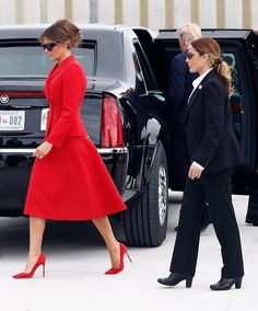 Melania Trump Dress, First Lady Melania Trump, Milania Trump Style, Trump Is My President, Estilo Real, Business Casual Attire, Fashion Pictures, Lady In Red, Style Inspiration