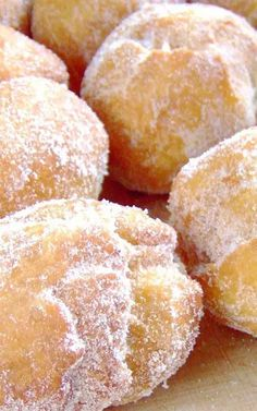 Recipe for Hawaiian Doughnuts – Malasadas – Malasadas are one of the all time favorite snacks. If you make these, prepare to rapidly become more popular with all of your friends. Hawaiian Desserts, Hawaiian Dishes, Hawaiian Dessert Recipes, Mexican Recipes, Breakfast And Brunch, Just Desserts, Delicious Desserts, Yummy Food, Mini Desserts