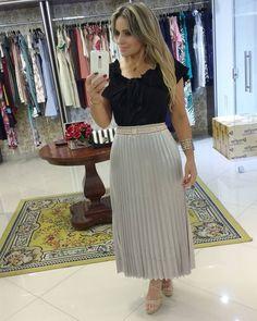 Muito Elegante  para as princesas de plantão 🔝🔝 Tamanhos ( P M) Blusa preto Disponível no Tamanho G  Para comprinhas informações sobre… Midi Skirt, Casual, Skirts, Instagram, Style, Fashion, Full Skirts, Black Blouse, Pleated Skirt Outfit