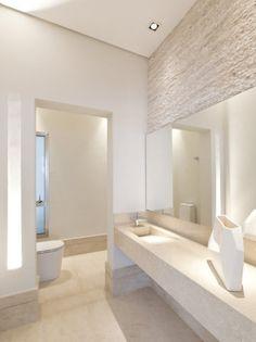 """Neste banheiro paulistano assinado pela arquiteta Mari Aní Oglouyan, spots bidirecionais funcionam com lâmpadas AR 70 de 8 graus. """"De foco fechado, elas destacam objetos, como ovaso, sem clarear muito o entorno"""", explica."""