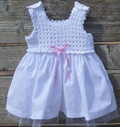 broderie baby jurkje met tulen onderrok  met gehaakt pasje in fantasie steek