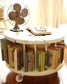 Cantinho de leitura organizado com mesinha de carretel