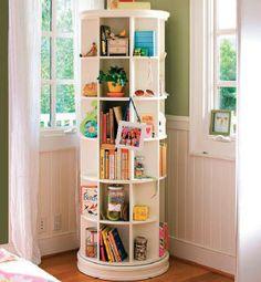 Yatak odasında kitap okumayı seviyorsanız oda duvarını kitaplıkla kaplamak yerine açık raf sistemli döner bir mobilya ile pratik ve akılcı olabilirsiniz.
