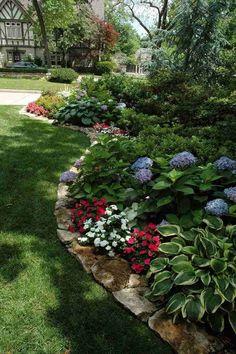 Comment créer un massif devant maison digne d'envie ? Small Front Yard Landscaping, Landscaping Tips, Outdoor Landscaping, Outdoor Gardens, Landscaping Software, Landscaping Borders, Shade Landscaping, Courtyard Landscaping, Florida Landscaping