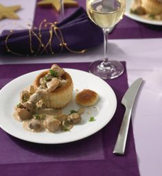 Knusprige Blätterteigpasteten werden mit zartem Hühnerragout gefüllt und mit frischer Petersilie serviert.