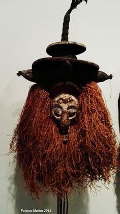 Máscara que recuerda el aspecto de una bruja con el sombrero puntiagudo. Mask recalls the appearance of a witch with pointy hat.