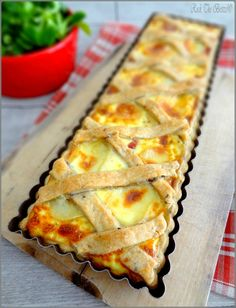Reblochon cheese, onion and bacon tart on a broken dough with seeds and caraway - Pizza Cake, Salty Foods, Snacks, Savory Tart, Creative Food, Food Inspiration, Love Food, Mad, Food And Drink