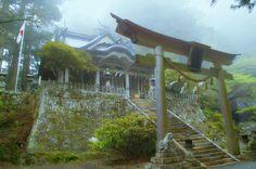 平成十六年に世界遺産に登録された「紀伊山地の霊場と参詣道」。和歌山、奈良、三重にまたがるこの古道、すべてが霊験あらたか〜な感じがしますが、奈良県のこの世界遺産の一角には「呼ばれなければたどり着けない」 最強のパワースポットが存在していました! まさに「聖域」奈良の玉置神社...