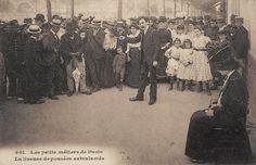 Les petits métiers du Paris d'antan Une liseuse de pensées extralucide (vieille carte postale, vers 1900)