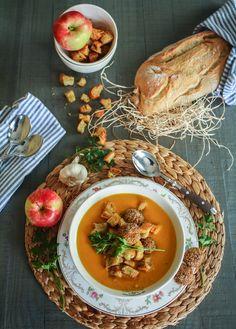 Karotten-Kokos-Suppe mit Apfel-Hackbällchen und Knoblauch-Croutons