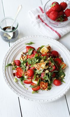 Halloumi-mansikkasalaatti   Maku Caprese Salad, Pasta Salad, Halloumi, Bruschetta, Mozzarella, Ethnic Recipes, Food, Insalata Caprese, Meal