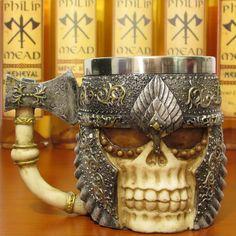 A caneca de caveira Viking com alça de machado vai te surpreender, confeccionada em resina resistente e com ótimo acabamento e pintura metalizada, ainda possui aço inoxidável em sua parte interna que ajuda a conservar a temperatura de sua bebida. #medieval #viking #guerreiro #caveira