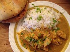 En deilig smaksrik indisk rett som passer for hele familien! Herlig mør kylling i en akkurat passe krydret saus! Serveres med en god salat, ferske nanbrød og en god raita, så har du den perfekte indiske middagsretten. Passer både til hverdag og fest! Korma, Curry, Chicken, Ethnic Recipes, Food, Curries, Meals, Yemek, Buffalo Chicken