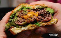 Hambúrguer recheado com cheddar e capa de bacon.