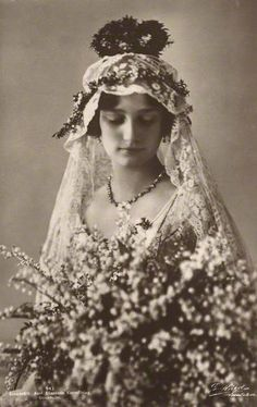 & Astrid, Queen of the Belgians by G. Hard postcard print, November 1926 ✖ Astrid, Queen of the Belgians by G. Vintage Wedding Photos, 1920s Wedding, Vintage Bridal, Wedding Bride, Wedding Gowns, Vintage Weddings, Royal Brides, Royal Weddings, Casa Real