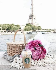 Picnic along the Seine River in Paris with a view of the Eiffel Tower. Things to do and see on your vacation trip in Europe. Tour Eiffel, Torre Eiffel Paris, Beautiful Paris, Paris Love, Paris France, Merci Paris, Vintage Paris, Travel Aesthetic, Paris Travel