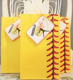 My daughters softball snack bags! Dollar tree bags, Baseball stitch tape, and printable tags. Softball Goodie Bags, Softball Treats, Softball Team Gifts, Softball Stuff, Cheerleading Gifts, Basketball Gifts, Baseball Stuff, Basketball Shoes, Basketball Court