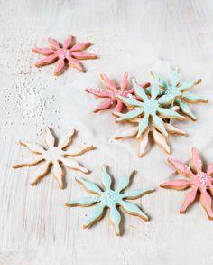 Pastellisävyiset lumihiutalekeksit // Snow Flake Cookies Fooed & Style Emma Iivanainen, Painted By Cakes Photo Emma Iivanainen www.maku.fi