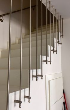 Super Ideas for building stairs interior Interior Stair Railing, Modern Stair Railing, Stair Railing Design, Metal Stairs, Staircase Railings, Modern Stairs, Spiral Stairs Design, Home Stairs Design, Home Room Design