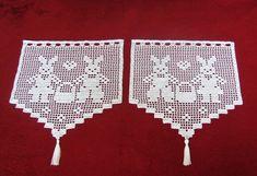 Zwei Häkelgardinen mit Osterhäschenmotiv in weiß. Die Größe einer Gardine: Breite 29,5 cm                          Höhe   30 cm (ohne Quaste)                          Quaste ca.7cm