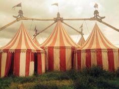 Freak Show set photo Dark Circus, Circus Art, Circus Tents, Ahs, Clowns, Creepy, Scary, Art Du Cirque, Circus Aesthetic