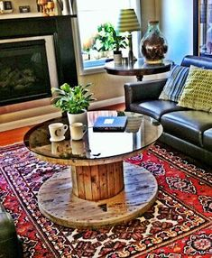 You are willing to have a coffee table? Then take a look at our DIY Pallet Round Coffee Table Plans which are particular and one of a kind. The appearance. Coffee Table Plans, Round Coffee Table, Diy Pallet Furniture, Home Furniture, Furniture Online, Wire Spool Tables, Decoration Palette, Wood Spool, Wooden Cable Spools