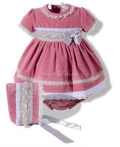 Jeusito de terciopelo rosa con vuelo con ranita y capota