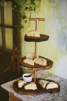 DIY Copper and Wood Slice Dessert Stand - Wood slice crafts - Copper Wood, Copper Decor, Copper Crafts, Driftwood Crafts, Bash, Wood Slice Crafts, Diy Plant Stand, Diy Cake, Wood Slices