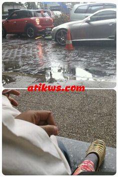 menikmati hujan sambil melihat mobil2 lucu n mahal