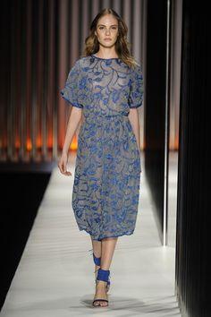 Vestido de tricô com transparência e bordados de flores em azul da GIG Couture.  MTP | Verão 2015 Fotos: Agência Fotosite