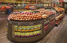 Supermarket Design | Produce Areas | Retail Design | Shop Interiors | Me encanta como cuidan todo al detalle, no hay nada desordenado, todo simétrico y con un gran espacio, e incluso ultilzando pequeñas vitrinas dentro del inmueble aprovechándolo bien con una buena iluminación para que sea mejor observado.