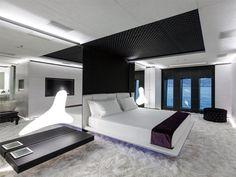 男の到達点『メガヨット』:この一流ホテルのスイートみたいな内装で「ヨット」だそうです(1/2)[東京カレンダー]