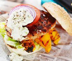 Gör egen klassisk, amerikansk hamburgerdressing av crème fraiche, majonnäs, bostongurka och chilisås till dina hemmagjorda hamburgare eller cheeseburgare. Enkelt och gott recept att röra ihop för att imponera vid grillen.