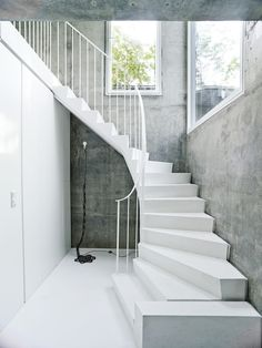The white concrete stairs add a sculptural element to the overall scheme, complemented by a floor lamp by artist Franz West. Flooring For Stairs, Concrete Stairs, Concrete Houses, Basement Stairs, Dream House Interior, Interior Stairs, Home Interior Design, Interior Decorating, Stairs Architecture