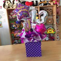 Caja de regalo  con número adaptable  #JoliandGift ✨ Balloon Box, Balloon Bouquet, Birthday Candy, Balloon Centerpieces, Magic Box, Chocolate Bouquet, Ideas Para Fiestas, Candy Boxes, Gift Baskets