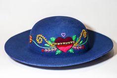 Sombrero mod. Campesina con bordado /corazón = flor/   #ArteTextilPeruano #SomosLibres #BordadoAyacuchano