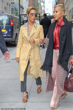 mom hairstyles Jada Pinkett Smith and her momAdrienne Banfield-Jones pose together Latest Haircuts, Celebrity Haircuts, Short Hair Fashion Outfits, Trendy Fashion, Short Grey Hair, Short Hair Styles, October Fashion, Look Short, Jada Pinkett Smith
