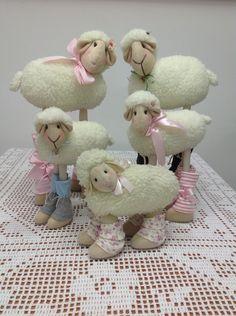 Doce Lavanda Atelier (Elo7) - Ovelha em tecido, feita com tecido sintetico imitando pele de carneiro. Fica em pé, perfeita para nicho infantil. Dá para fazer macho ou fêmea.