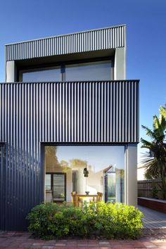 Corrugated iron rear cladding of Yarra Street House The post Corrugated iron rear cladding of Yarra Street House appeared first on street. House Cladding, Metal Cladding, Exterior Cladding, Facade House, Metal Siding, Residential Architecture, Architecture Design, Barndominium Floor Plans, Design Exterior