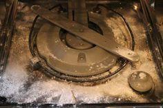 Benodigdheden: – 200 ml azijn – 200 gram bakpoeder (baking soda) Zorg dat er geen grote etensresten in de afvoer zitten. Gebrui...