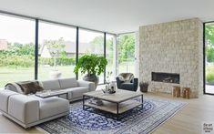 Woonkamer, ruimtelijk, houten vloer, natuurlijke materialen, grote ramen, open haard, woning in L-vorm, VVR Architecten
