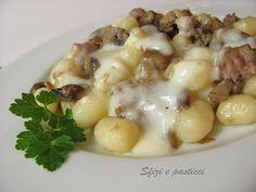 Chicche di patate con funghi, salsiccia e fonduta