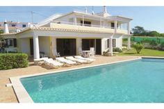 In Albufeira staat deze prachtige vakantievilla (met eigen zwembad) te huur. Perfect als je de vakantie in het zuiden van Portugal wilt doorbrengen.