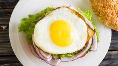 Vaječný burger s okurkou a rajčetem Avocado Egg, Avocado Toast, Pavlova, Hamburger, Eggs, Breakfast, Food, Morning Coffee, Essen